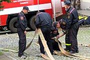 Před výběhem na Trúbu museli hasiči zvládnout několik silových disciplín.
