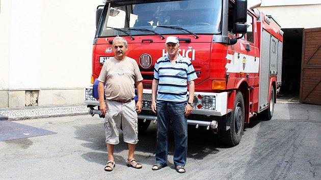 Vladimír Krumpolec (vlevo) a Lubomír Ondračka, vzpomínali, jak před dvaceti lety zachraňovali děti z táborů před velkou vodou.