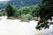 Takto to vypadalo v Loučkách u Oder před deseti lety. V Odře je vidět torzo lávky.