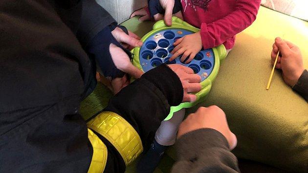 Hasičům se během chvilky podařilo vytáhnout uvízlý ukazováček čtyřleté dívenky z plastové hračky.