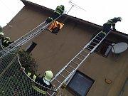 Stabilizace střechy podmáčeného rodinného domu v Kujavách.
