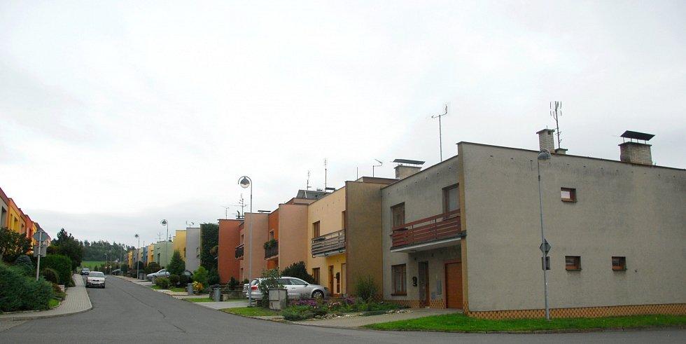 Zloději řádí v klidné novojičínské čtvrti v ulici Novellara. Na cizí pozemky se dostávají uličkou mezi zahradami.