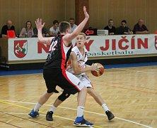 Novojičínští basketbalisté (v bílém) prohráli v posledním domácím utkání play-out s akademií pražské Sparty 71:91 (23:34, 40:60, 53:78).