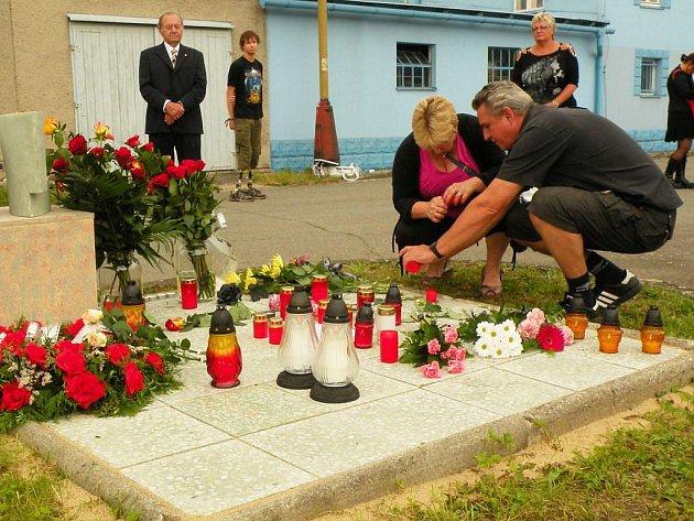 Srpen - položit kytici, zapálit svíčku či jen vzpomenout den před dvěma lety, který skončil tragédií. Na železnici vyhaslo 8. spna 2008 osm lidských životů. Pozůstalí, cestující, i ti, kteří se nebáli po nehodě pomoci, 8. srpna 2010 k osudnému místu.