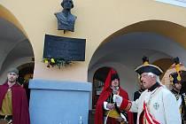 Historik Emanuel Grepl coby generál Laudon připíjí pod bustou vojevůdce na jeho věčnou památku.