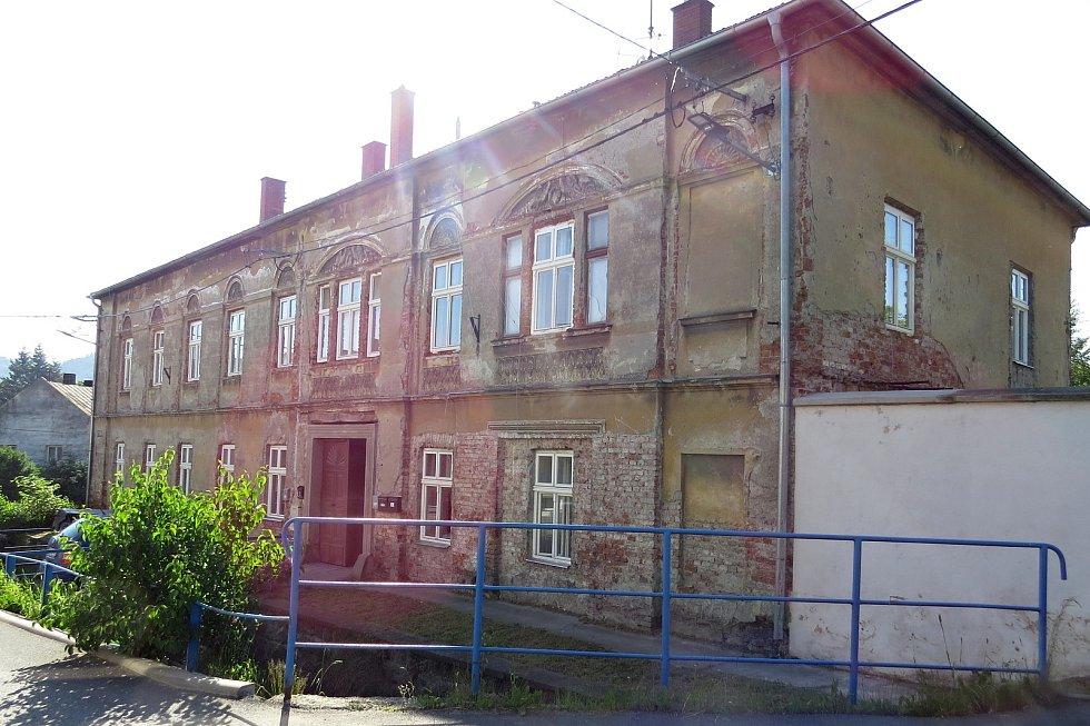 Bytový dům ve Slunečné ulici v Odrách by investoři časem rádi přiblížili jeho původní podobě. Foto: Ivan Pavelek
