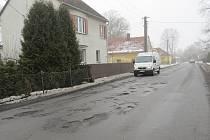Mizející sníh a ústup mrazivých dní odhalily, jaké škody během několika desítek  dní napáchala zima na novojičínských silnicích. Komunikace všech tříd v současné  době pojí skutečnost, že připomínají řešeto.