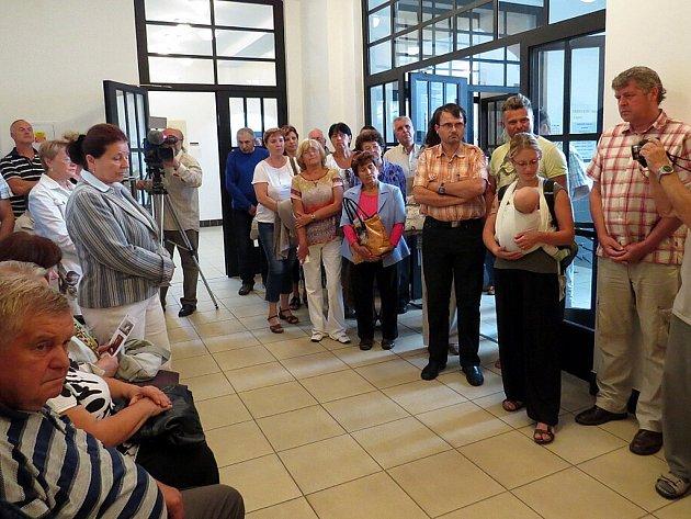 Fotografie dlouholetého starosty Příbora Milana Strakoše (na fotografii s vnučkou Sigmunda Freuda Jane) budou k vidění na radnici do 6. října.