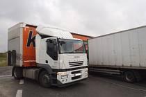 Havarované nákladní vozy.