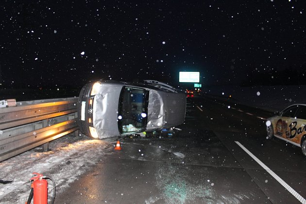 Takto skončil Volkswagen Caddy poté co se po smyku převrátil přes střechu.