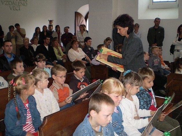 První září patřilo především malým předškolákům. V první školní den měly možnost seznámit se s třídními učitelkami, starostou Fulneku a alespoň trochu nahlédnout pod roušku školního života.