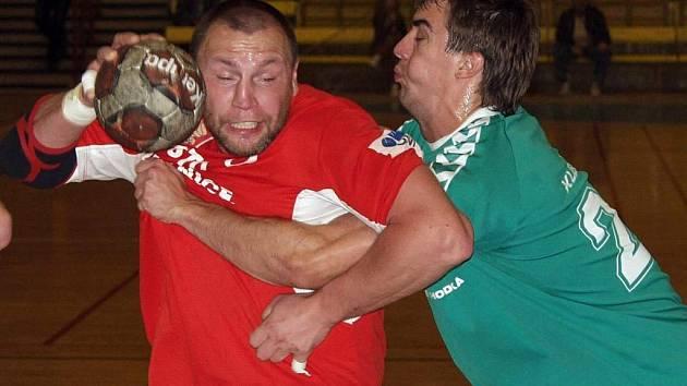 Daniel Igenyes (s míčem) vstřelil v neděli plzeňské Lokomotivě dvě branky.