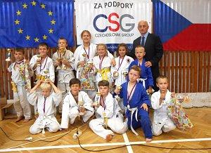 Závišické naděje, na snímku spolu s trenérem Liborem Kahánkem, se na domácích tatami předvedli ve výborném světle.