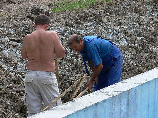 Oprava koupaliště v Mořkově je letos v plném proudu.