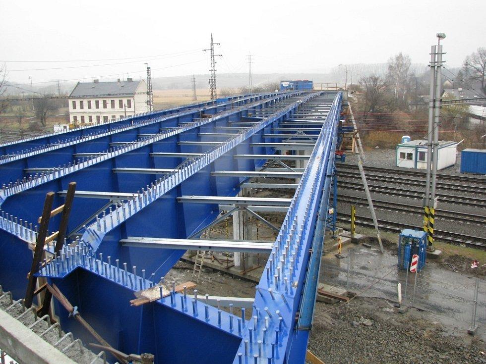 Stavba zříceného mostu ve Studénce, který se zřítil po nárazu rychlíku Comenius 8.8.2008 pokračuje.