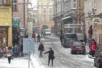 Do bílého rána se probudili ve středu 19. dubna také obyvatelé Nový Jičína. Fotografie zachycuje ulici v centru města vedoucí na Masarykovo náměstí.