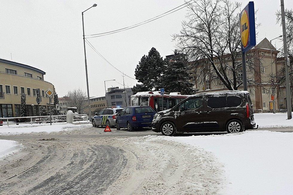 Na některých místech na Novojičínsku sněhová nadílka a mráz v pondělí 8. ledna trochu komplikovaly život chodcům i automobilistům.