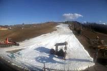 Záběr kamery v areálu Heuparku v Tošovicích ze čtvrtečního odpoledne je vypovídající. Sníh se tratí před očima.