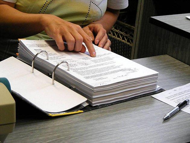 Spis, mapující činnost podvodníků s okny, čítá stovky stran.