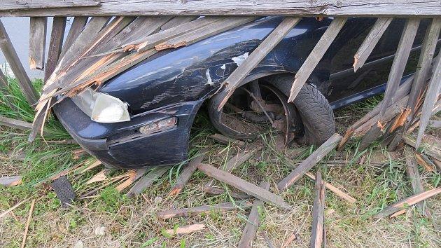 """Třiadvacetiletý Ukrajinec Škodu Octavia """"zaparkoval' do dřevěného plotu."""