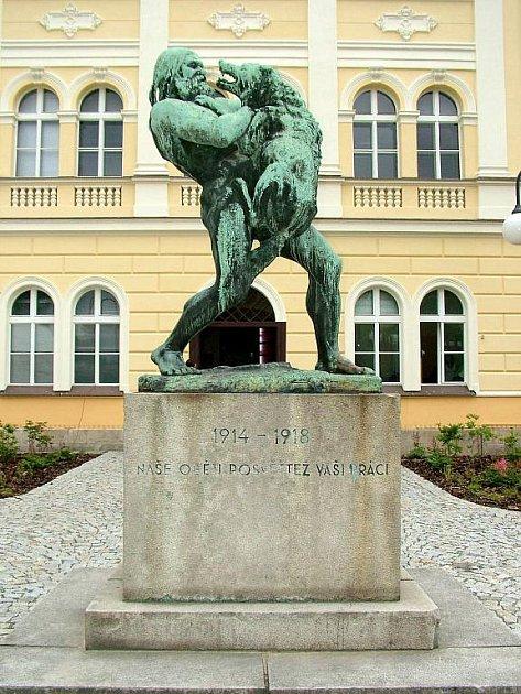 Ve Frenštátě se mohou pyšnit sochami od legendárního sochaře Albína Poláška. Sousoší Boj dobra se zlem stojí před tamním muzeem.