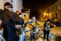 Vystoupení s vánočními písněmi na Štramberském náměstí u kostela sv. Jana Pavla Nepomuckého.