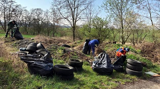 Sportovci a dobrovolníci uklidili černou skládku v Hladkých Životicích.