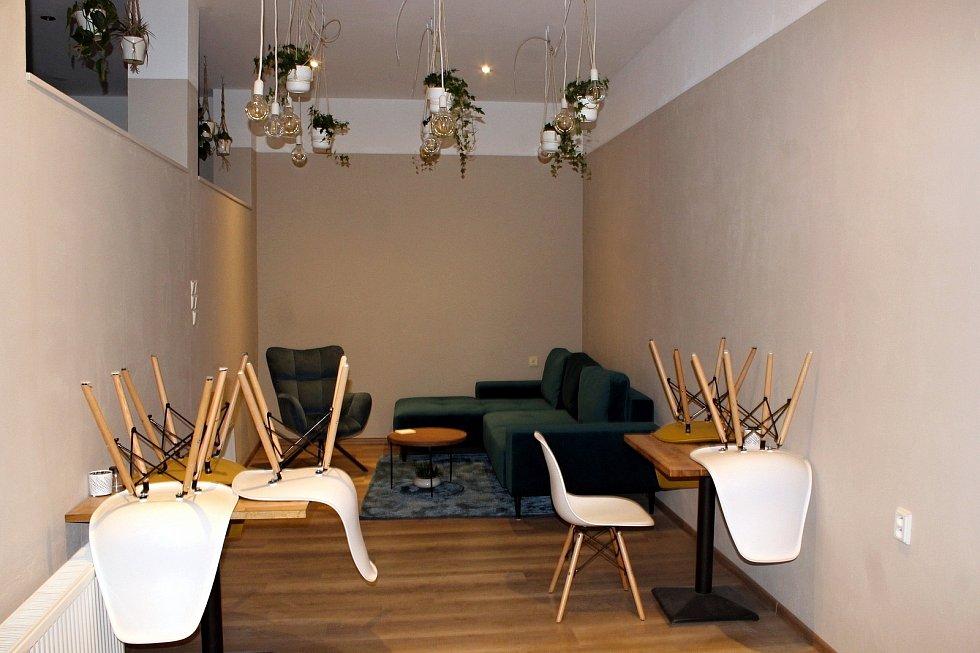 Kavárnu a čajovnu s názvem Coolna otevřeli na Štědrý den do provozu letošní maturanti Marika Hudcová a Zdeněk Řeháček.