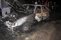 Ohořelé zbytky vozidla svědčí o prudkosti požáru.