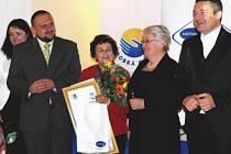 Oceněná dobrovolnice Hana Davidová (uprostřed) krátce poté, co převzala titul Dobrá duše.