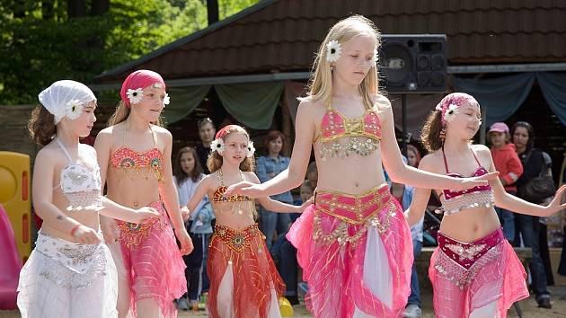 Děvčata z dětské skupiny orientálního tance  Amirah z Kopřivnice zvítězila na soutěži Světlo orientu v Uherském Ostrohu.