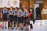 Exhibice mezi chlapeckým a dívčím týmem ZŠ Emila Zátopka, které se účastní blížícího se mistrovství republiky.