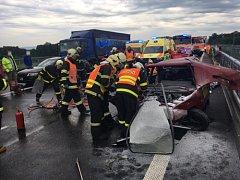 Dvě dopravní nehody v rozmezí několika minut, vzdálené vzdušnou čarou jen pár kilometrů, zaměstnaly v pátek ráno hasiče i záchranáře na Novojičínsku. Výsledkem karambolů je pět zraněných lidí. (Hladké Životice)