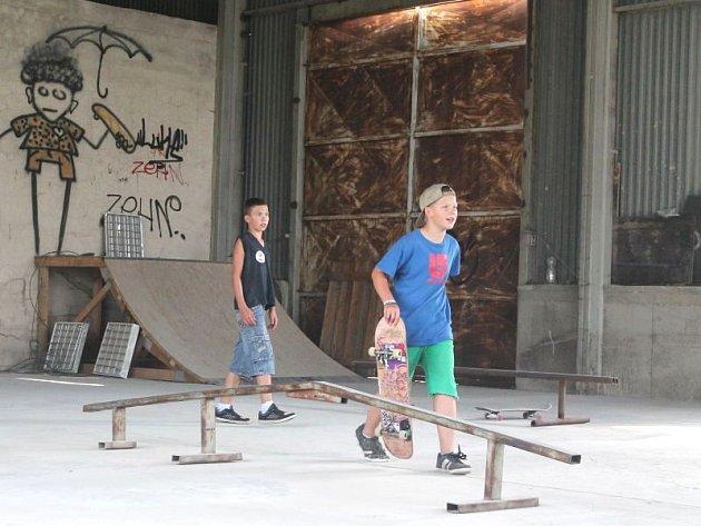Dříve opuštěná hala kravína se už pár měsíců hemží lidmi. Místo krav a býků se tam objevují mladíci na skateboardech a děti na kolečkových bruslích. Už ke konci srpna se tam otevře nová skatehala.