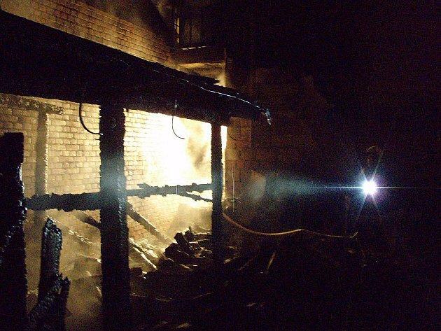 Operační středisko hasičů zaznamenalo hlášení o požáru ve Fulneku na Fučíkově ulici krátce po druhé hodině ranní.