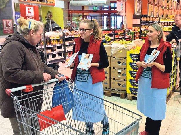 Lidé darovali potraviny v obchodních centrech.