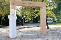 Brána do Smetanových sadů je dílem novojičínského sochaře Jana Zemánka.