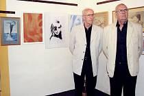Expozice obrazů autorů Karla Kaliny a Ivana Prašivky ukázala kontrastní povahy dvou přátel. Bývalí učitelé vystavují svá díla v galerii Rubín na Starém Jičíně.