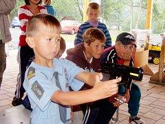 Dětské tábory navštěvují policisté pravidelně. Během dne jim ukáží nejen svou výzbroj a výstroj, ale také jak umí zatočit s padouchy.