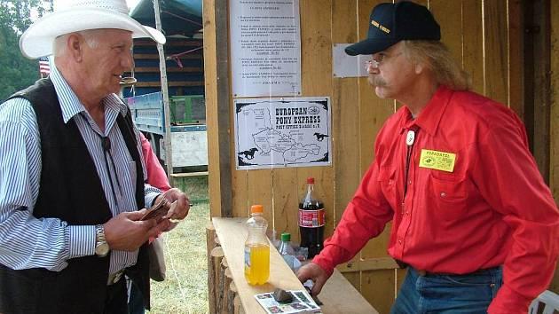 Pošťák Otto Mader, měl v jednom z posledních ročníku Pony Expresu plné ruce práce.