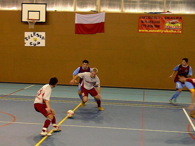 Hráči Tatranu Baracuda Jakubčovice (ve světlém) byli nakonec rádi za bod.