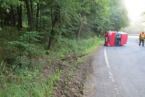 Po divoké jízdě skončil vůz převrácený na boku.