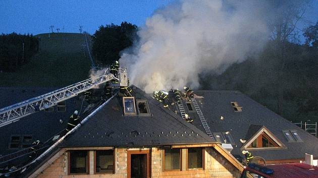 Požár  hotelu v  Tošovicích.