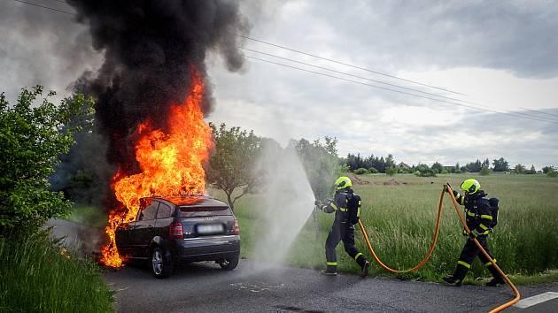 Hasiči svým rychlým zásahem dostali požár osobního automobilu pod kontrolu během pár minut za pomoci jednoho vodního proudu, celková likvidace požáru jim pak zabrala dalších 20 minut.