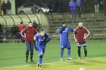NOVOJIČÍNŠTÍ fotbalisté (v červeném)podlehli v přípravě druholigovým Vítkovicím 0:2.