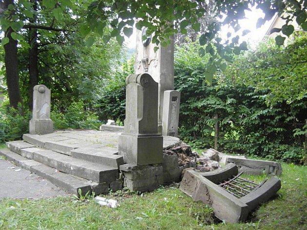 Neznámý vandal ve Frenštátě pod Radhoštěm poškodil pomník Josefa Jandy.