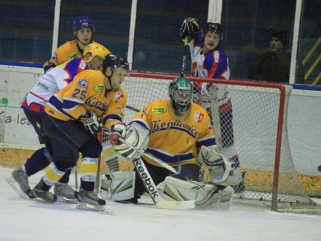 Hokejisté Kopřivnice (ve žlutém) zdolali rezervu Nového Jičína i podruhé v probíhajícím ročníku.