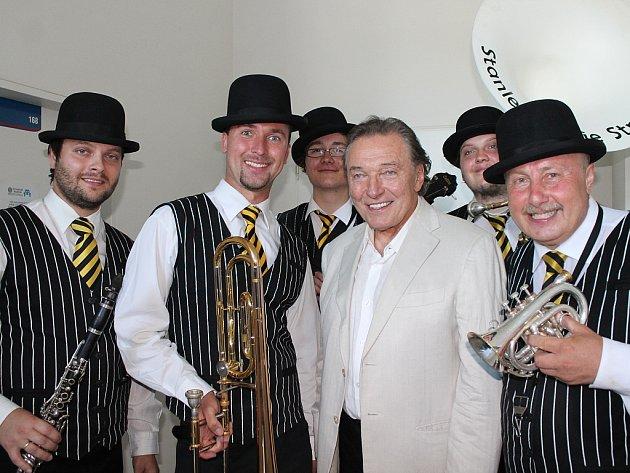 Stanley´s Dixie Street Band na snímku s Karlem Gottem.