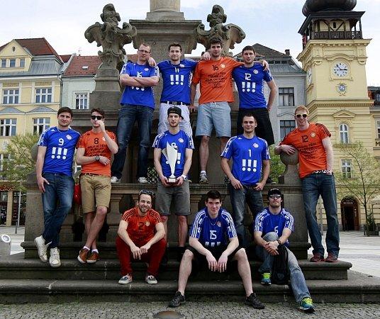 Volejbalisté Ostravy vyrazili ve čtvrtek za fanoušky na ostravské Masarykovo náměstí a poté je pozvali na společný trénink.