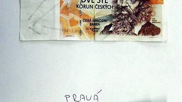 VLONI zaplatil neznámý nakupujíc falešnou bankovkou v hodnotě dvě sta korun. Padělek neměl vodoznak a ochranný stříbrný proužek byl dokreslen tužkou.